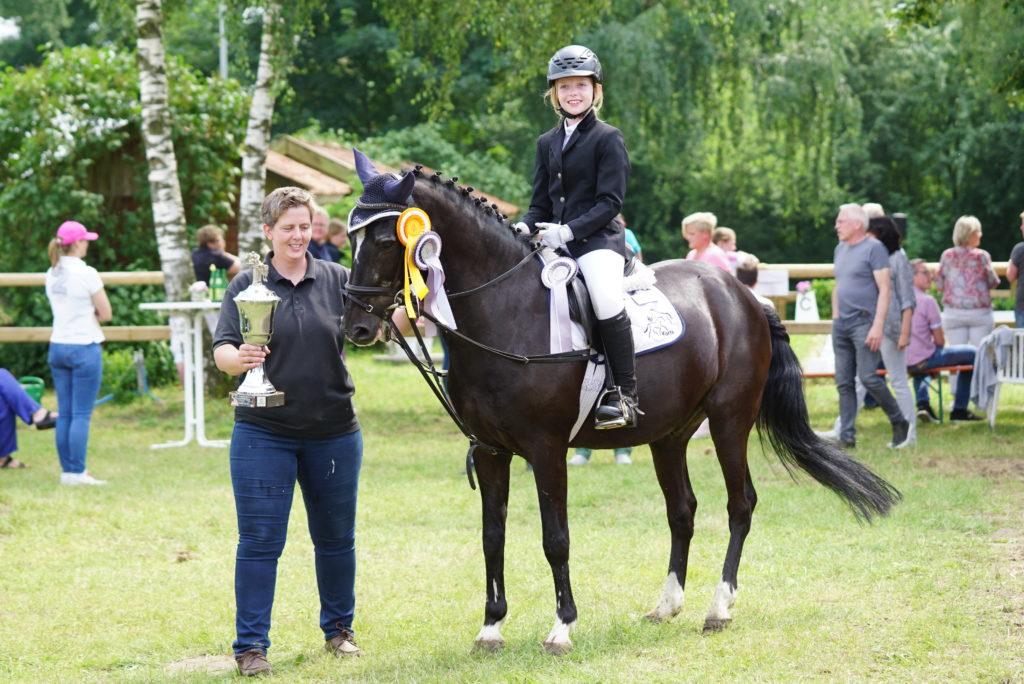 Gewinnerin Wilhelm-Holtkamp-Pokal: Sophie Korte (mit Mutter Dr. Martina Korte)